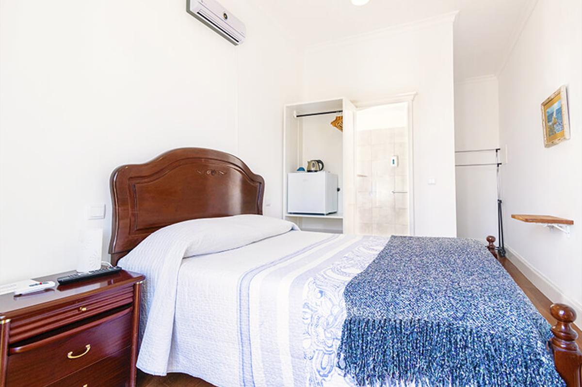 Neto´s Room Economy Double Room en-suite bathroom